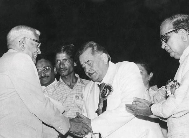 Raj Kapoor receiving the Phalke award from president of India